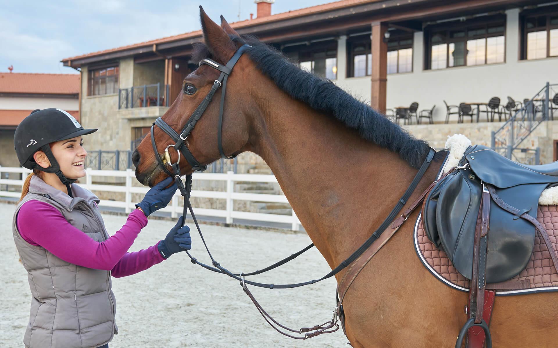 Младо момиче гали кон