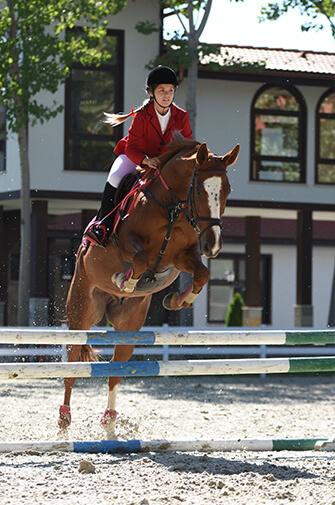 Младо момиче на конно състезание