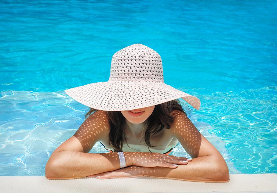 Млада жена, на басейн