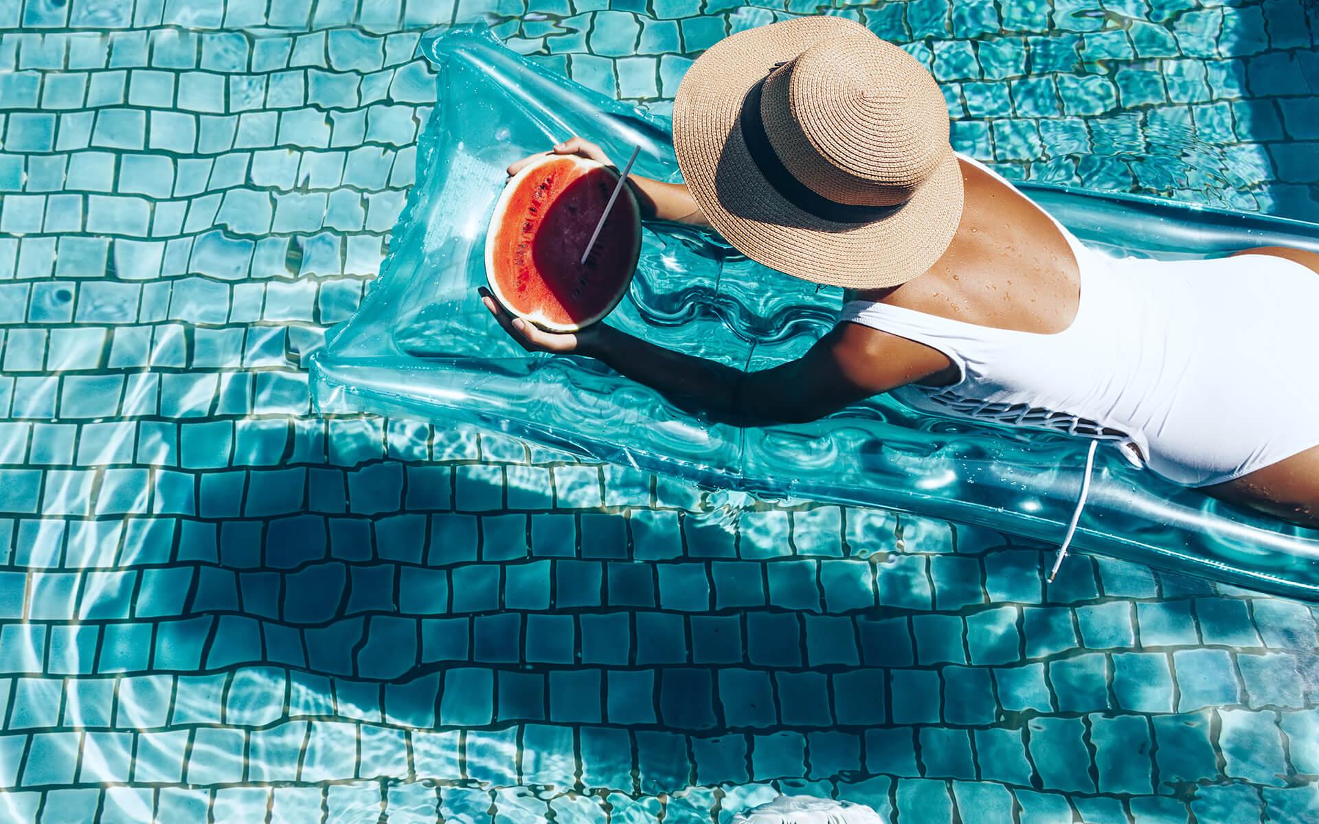 Момиче в басейн