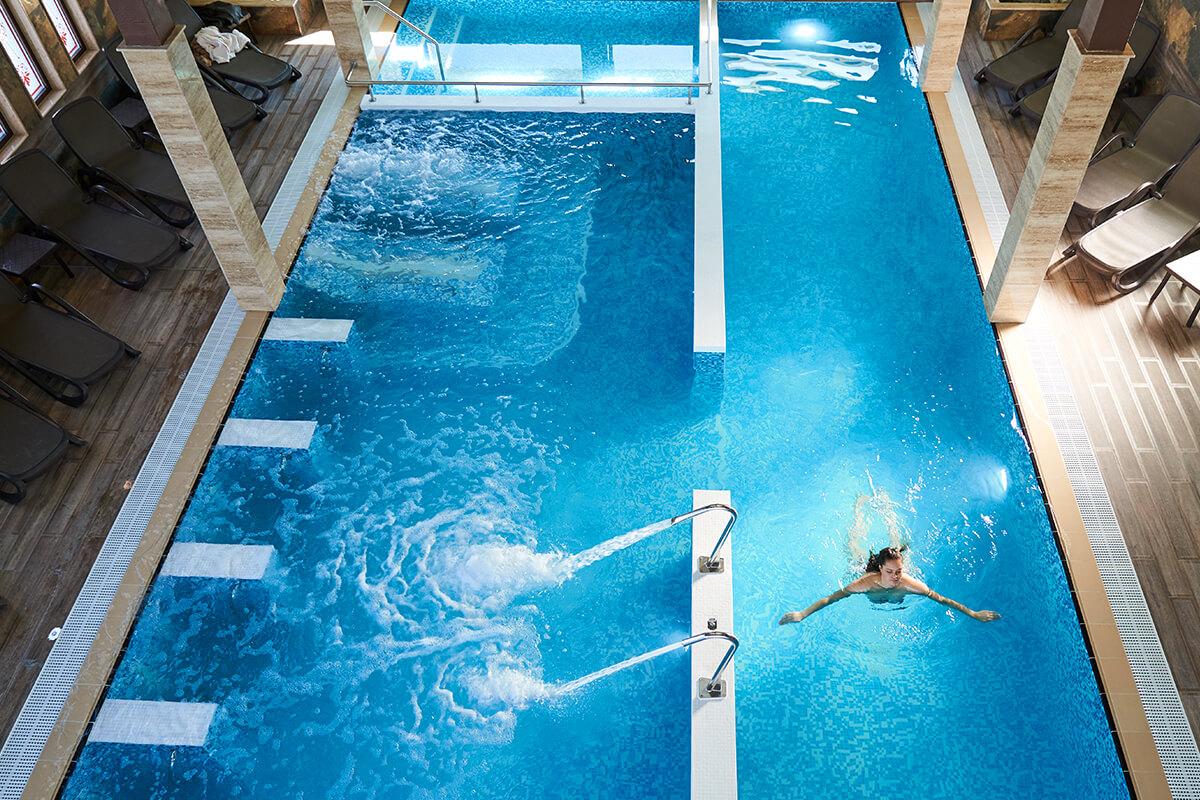 """Жена плува в закрития басейн на комплекс """"Тракиец"""""""