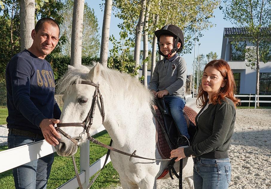 Младо семейство с дете, готово за езда