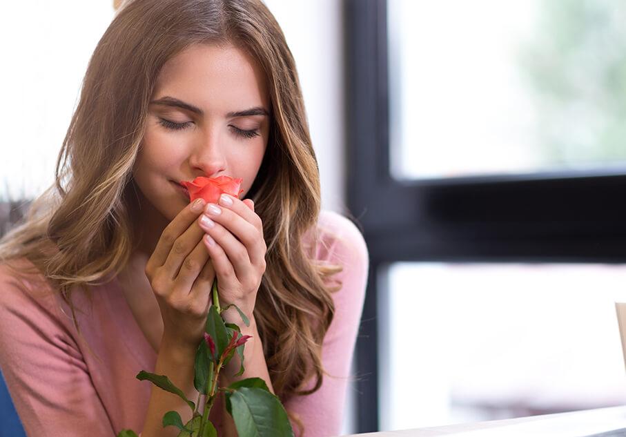 Младо момиче с цвете