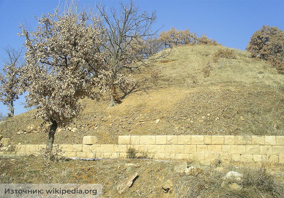 Четиньова могила и обграждащата я отвън крепида