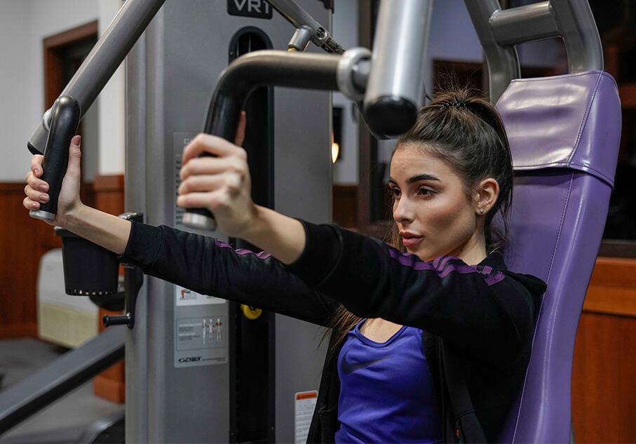 Момиче, което тренира във фитнеса