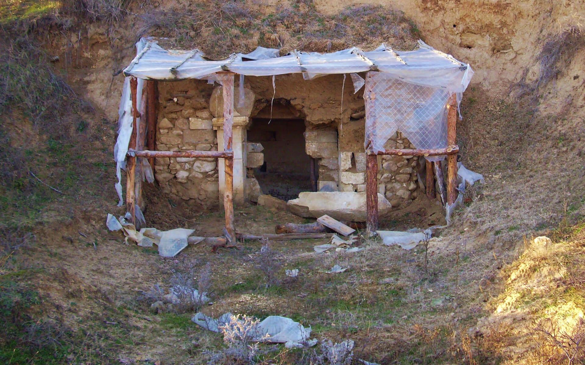 Входът към Недкова могила
