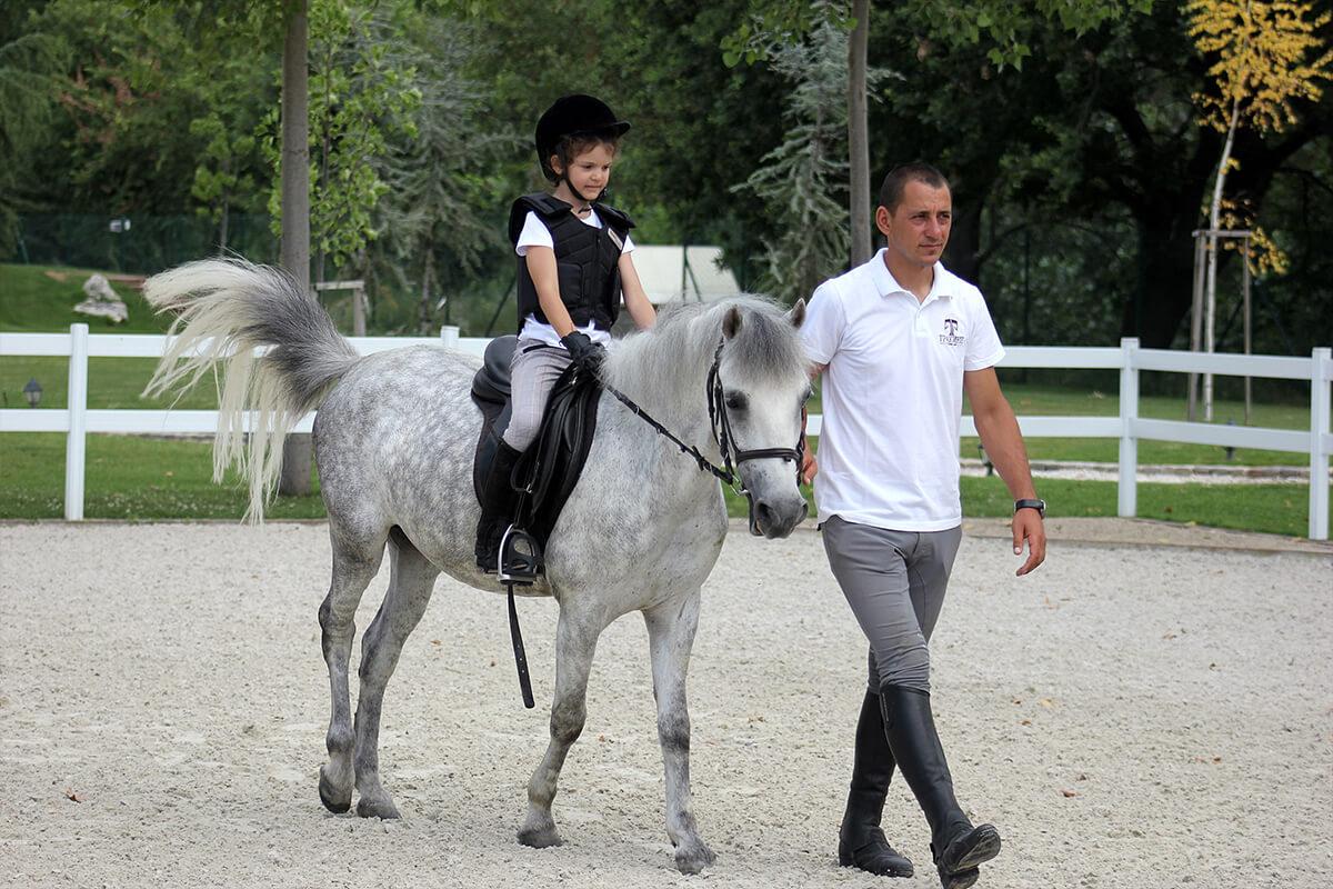 Андрей Гочев разхожна детенце на пони