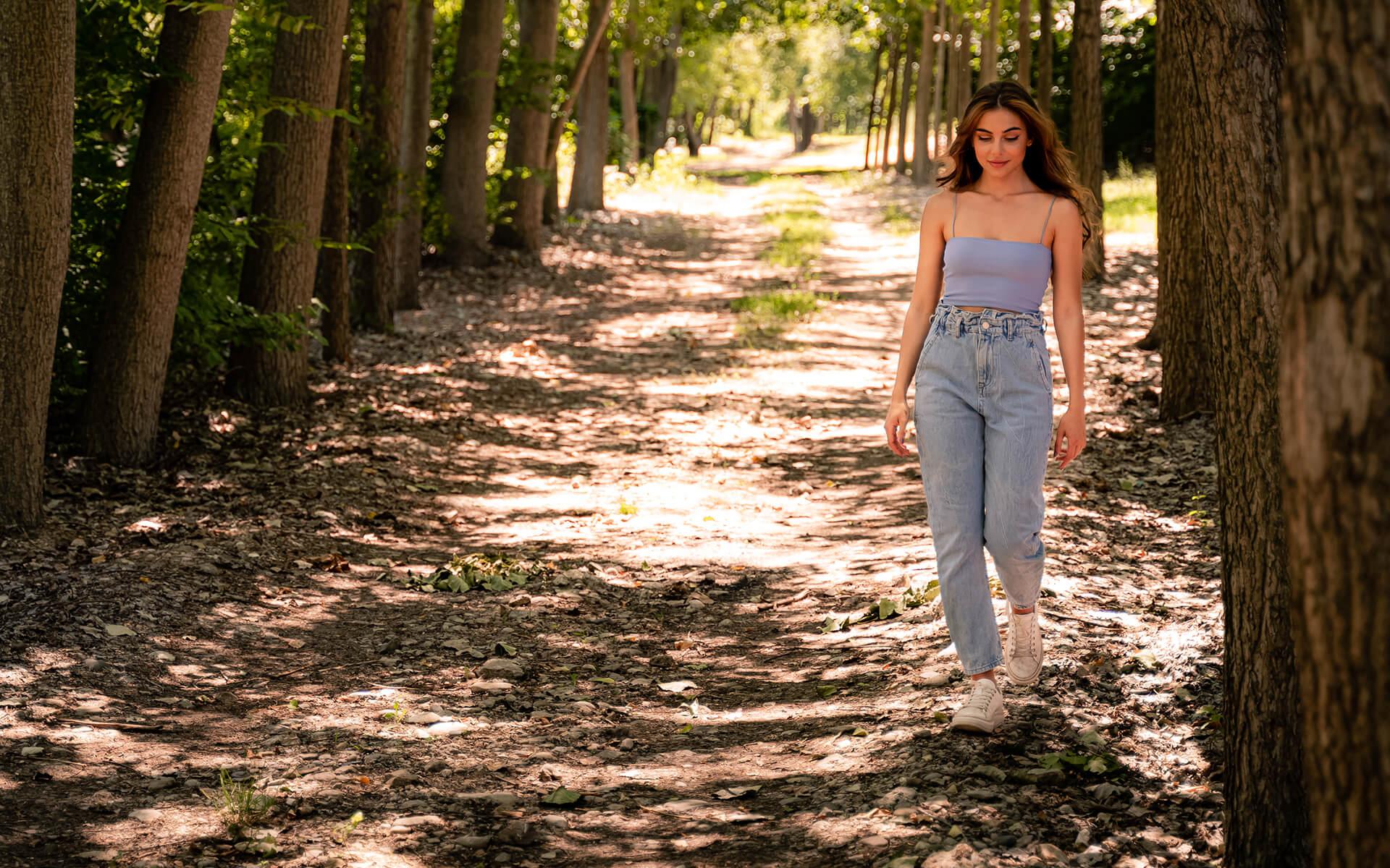 Младо момиче се разхожда из природата