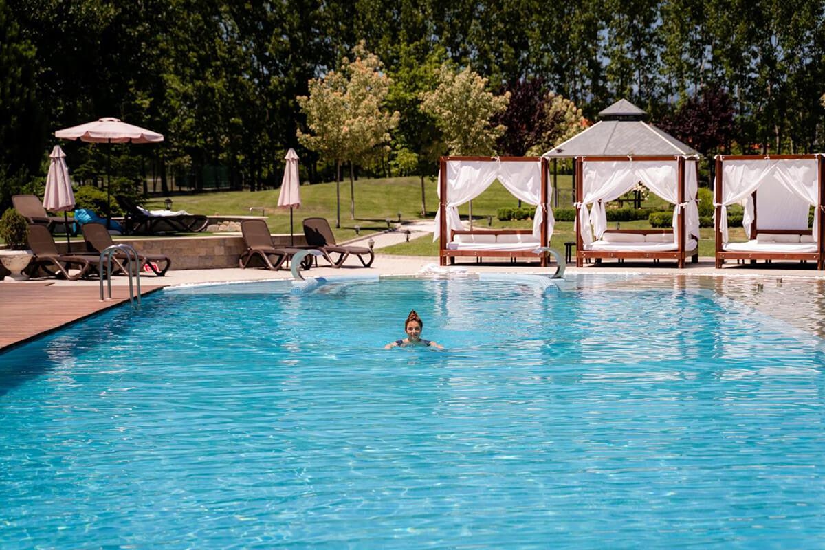 жена плува във външния басейн на комплекс Тракиец