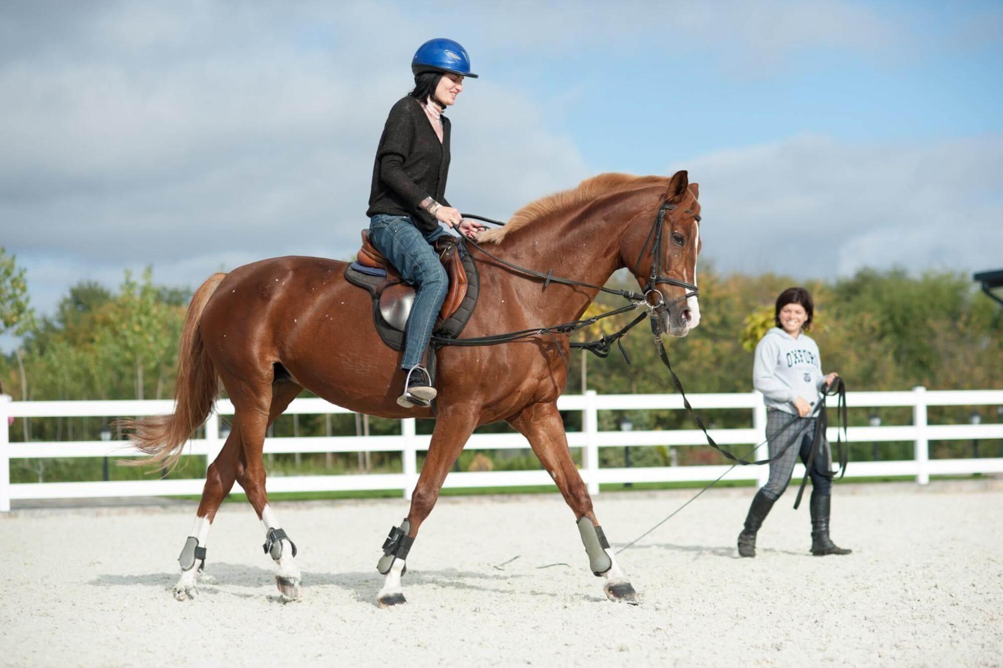 Жена язди кон в конна база Тракиец.