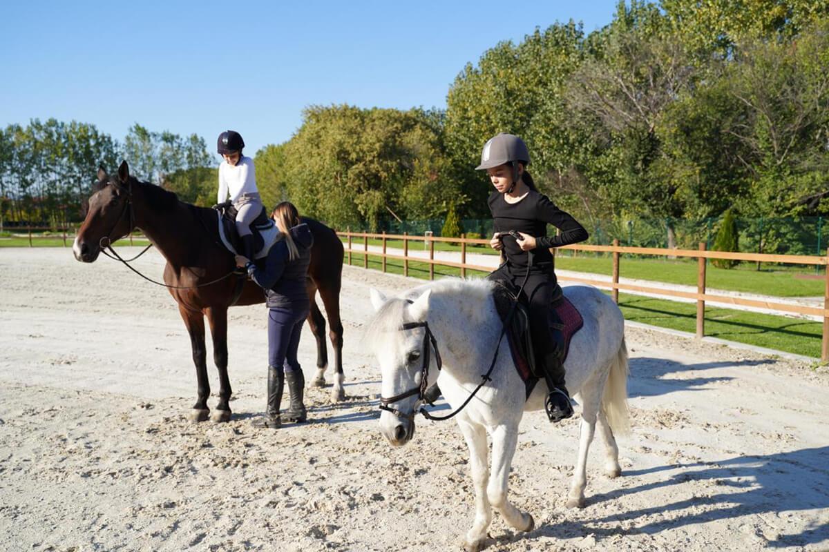 Деца яздят коне в комплекс Тракиец.