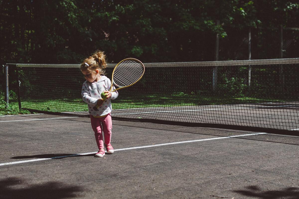 момиченце играе тенис на корд